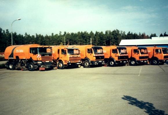 Orangene Baustellenflotte zur Straßenreinigung