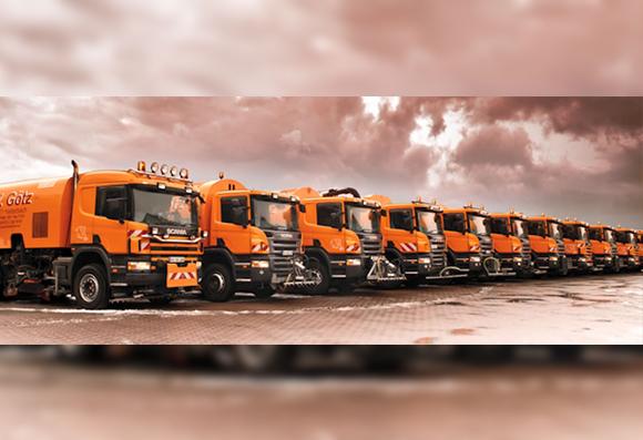 Die orangene Straßenreinigungs-Flotte