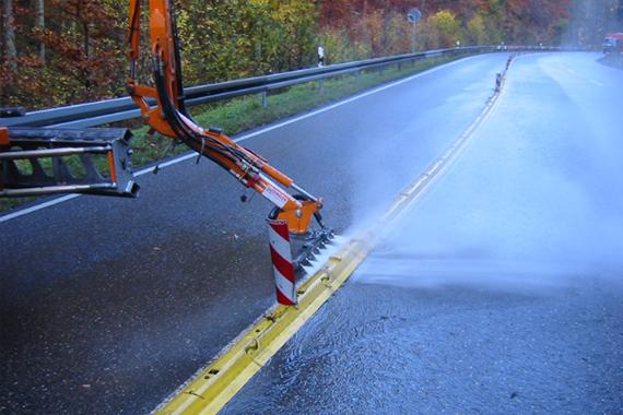 Strassenreinigung mit Anbauarm und Wasserhochdruck