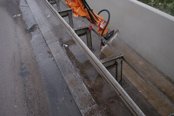 Götz Strassenreinigung reinigt Leitplanken