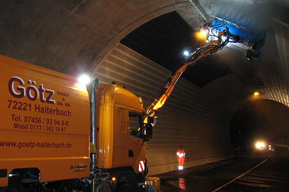 Deckenreinigung im Tunnel durch Götz-Maschinen