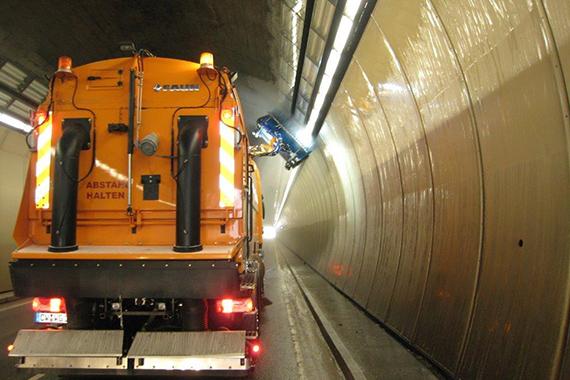 Lampenreinigung im Tunnel