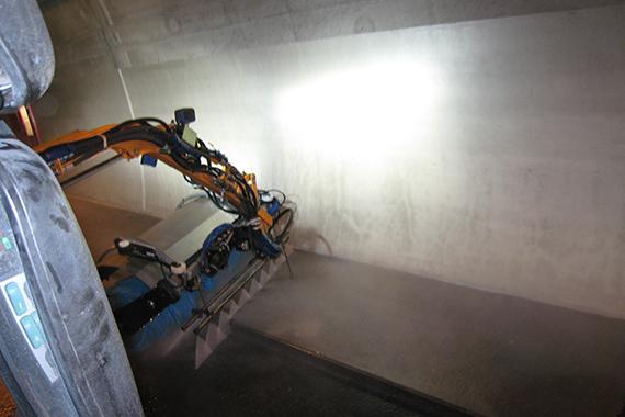Gehwegreinigung im Tunnel mit Ausleger